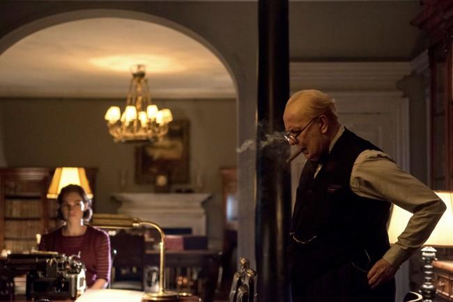 Gary Oldman in L'ora più buia, film candidato ai Premi Oscar come Miglior film