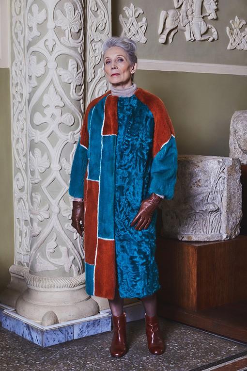"""Oldushka è un'agenzia russa che seleziona solo modelli e modelle over 45 e promuove il fascino di volti segnati dal tempo. Irina, modella di 70 anni. Меха """"Екатерина"""" 2017 Campaign"""