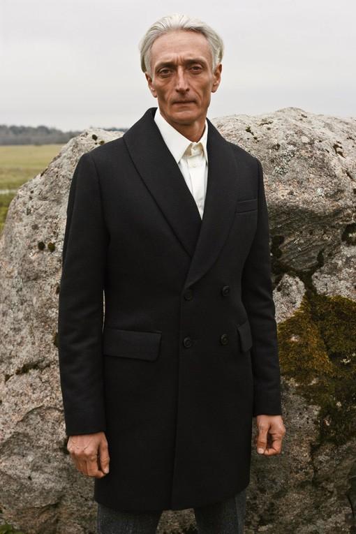 Oldushka è un'agenzia russa che seleziona solo modelli e modelle over 45 e promuove il fascino di volti segnati dal tempo. Ivan, modello di 53 anni. Lounger 2016 Lookbook. Foto: Alexander Komarov