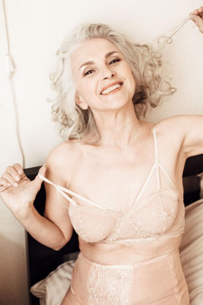 Oldushka è un'agenzia russa che seleziona solo modelli e modelle over 45 e promuove il fascino di volti segnati dal tempo. Tatyana, modella di 61 anni. Petrushka 2017 campaign. Foto: Anastasia Lyskovets