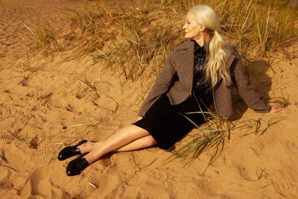 Oldushka è un'agenzia russa che seleziona solo modelli e modelle over 45 e promuove il fascino di volti segnati dal tempo. Valentina, modella di 63 anni. 12 storeez October 2017 Lookbook. Foto: Fedor Bitkov