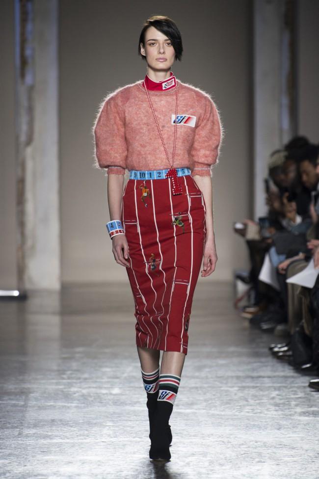 Stella Jean Autunno Inverno 18-19 Milano Fashion Week, tendenze moda donna: gonna pencil skirt sportiva