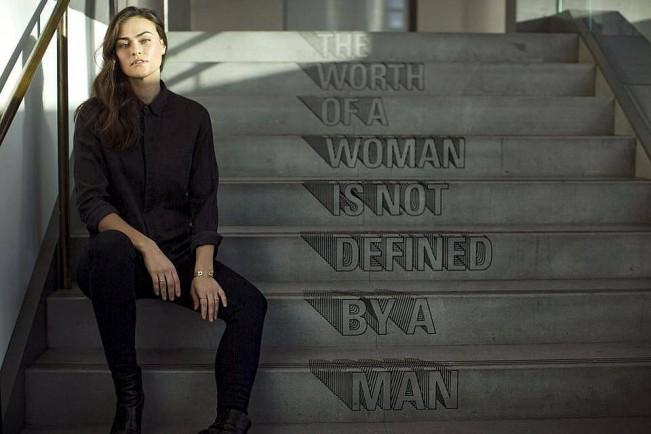"""The Boston Globe firma l'indagine """"The Beauty and the Ugly Truth"""": a essere smascherata è l'intera industria della moda, in cui i fotografi costituiscono solo la punta dell'iceberg."""