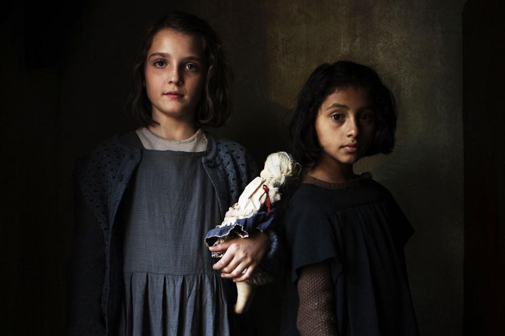 Elisa Del Genio e Ludovica Nasti interpretano Elena e Lila bambine nella serie TV di Saverio Costanzo, L'amica geniale, tratta dall'omonimo romanzo di Elena Ferrante