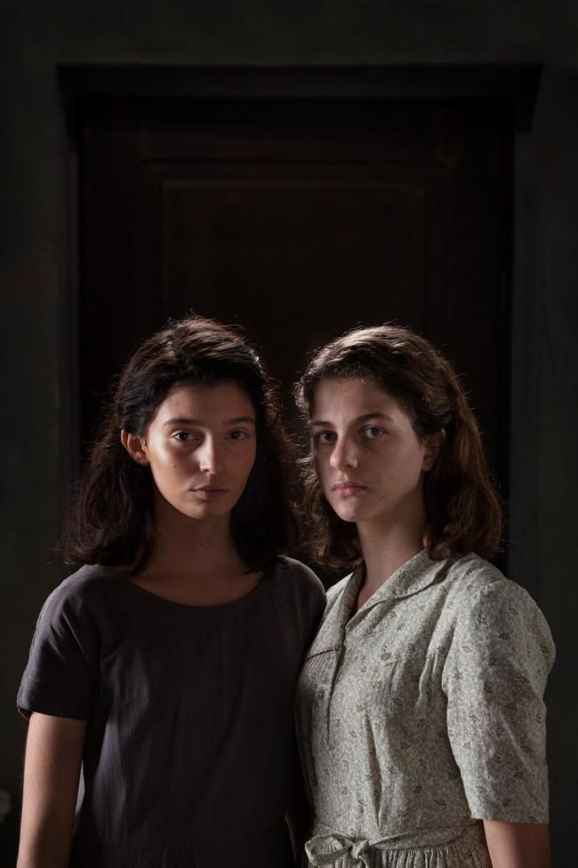 Margherita Mazzucco e Gaia Girace interpretano Elena e Lila adolescenti nella serie TV di Saverio Costanzo, L'amica geniale, tratta dall'omonimo romanzo di Elena Ferrante