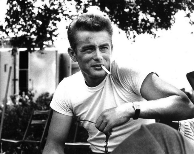 James Dean in Gioventù bruciata con l'iconica t-shirt bianca