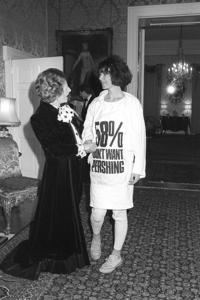 Katharine Hamnett incontra Margaret Thatcher indossando la t-shirt-manifesto contro i missili nucleari, 1984