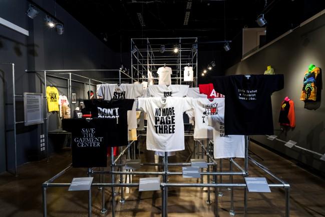 """La mostra """"T-shirt: Cult, Culture & Subversion"""", in cartellone fino al prossimo 6 maggio al Fashion & Textile Museum di Londra, è dedicata alla forza dirompente della t-shirt quale strumento creativo e comunicativo"""