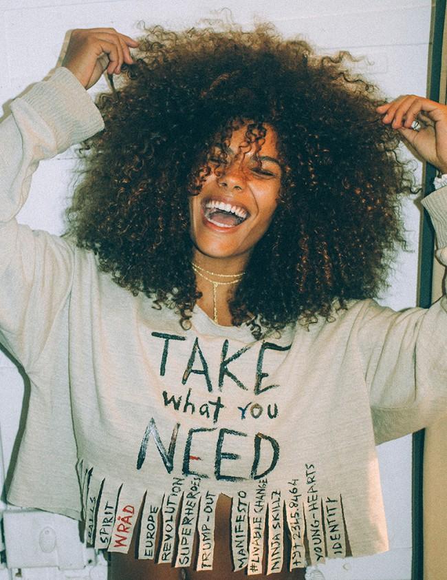 La t-shirt GRAPHI-TEE ecosostenibile di WRÅD, fatta di grafite, diventa il manifesto della capsule collection WRÅDoscope realizzata per YOOXYGEN, l'area di YOOX dedicata alla moda responsabile