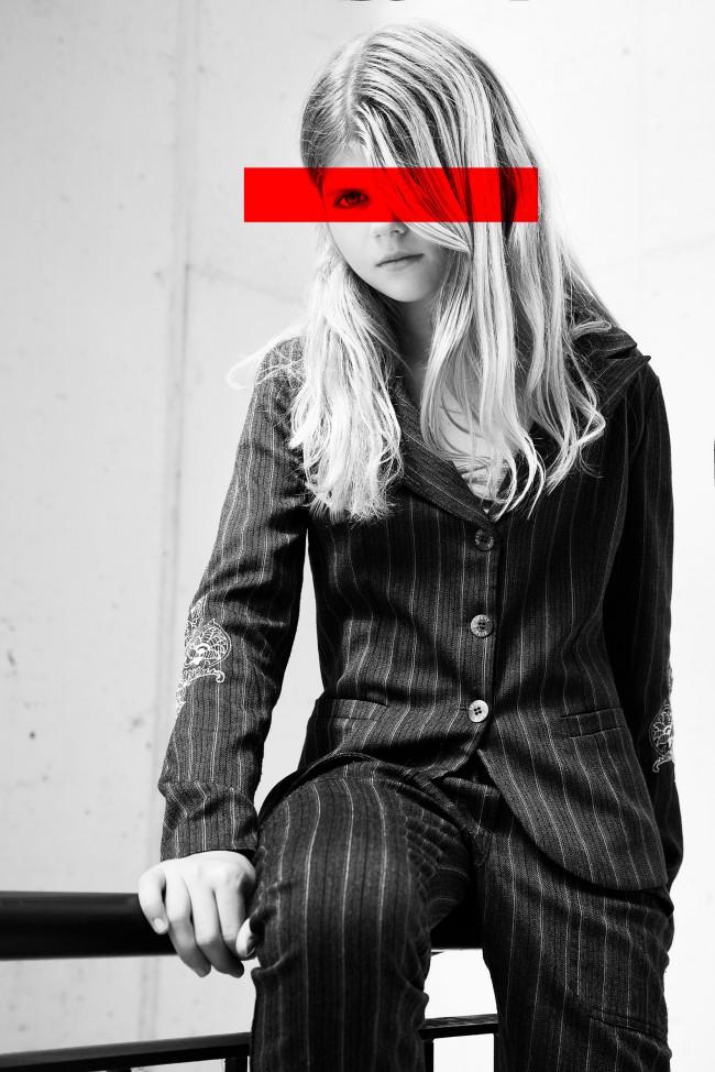 Catch me if you can by Alona Shestiuk fotografa, ragazza seduta su ringhiera