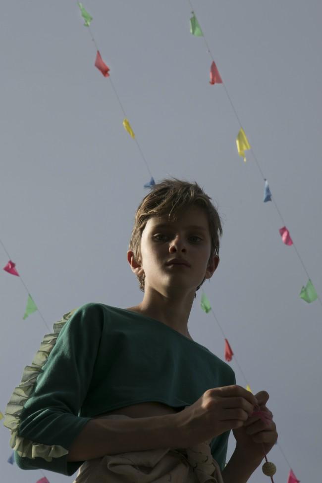 La fotografa Anna Caruso ci presenta il suo ultimo editoriale, Avenue Federico Fellini. La fotografa dei bambinici propone, questa volta, degli scatti all'aperto. Le pose informali e i toni freschi rimandano all'estate che si avvicina.