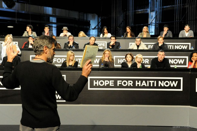 George Clooney durante la campagna Hope for Haiti Now. Quando il passo da Hollywood alla Casa Bianca è breve.