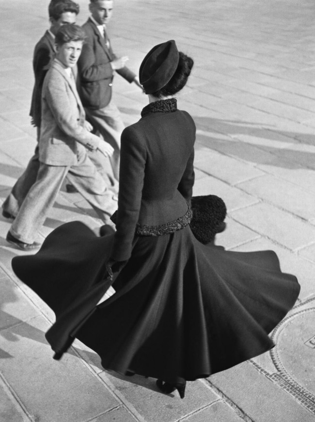 Renée, The New Look of Dior, Place de la Concorde, Paris, 1947, Richard Avedon. Richard Avedon in mostra al Getty Museum di Los Angeles in Icons of Style: a Century of Fashion Photography, 1911-2011