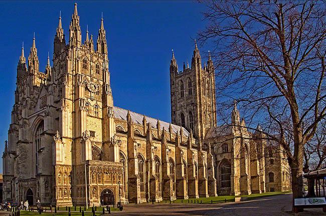 Veduta della Cattedrale di Canterbury - Kent. Situata al sud est della Gran Bretagna, la contea del Kent rappresenta il luogo ideale per chi è in cerca di una fuga dalla vita di tutti i giorni, rifugiandosi tra spiagge, castelli e giardini da sogno.