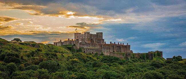 Castello di Dover - Kent. Situata al sud est della Gran Bretagna, la contea del Kent rappresenta il luogo ideale per chi è in cerca di una fuga dalla vita di tutti i giorni, rifugiandosi tra spiagge, castelli e giardini da sogno.