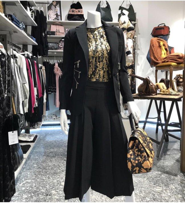 Andrea è l'anima di Equarantotto, piccola impresa di Morbegno, in Valtellina. Il suo store propone abiti di qualità al giusto prezzo, con una particolare attenzione alle esigenze del cliente.