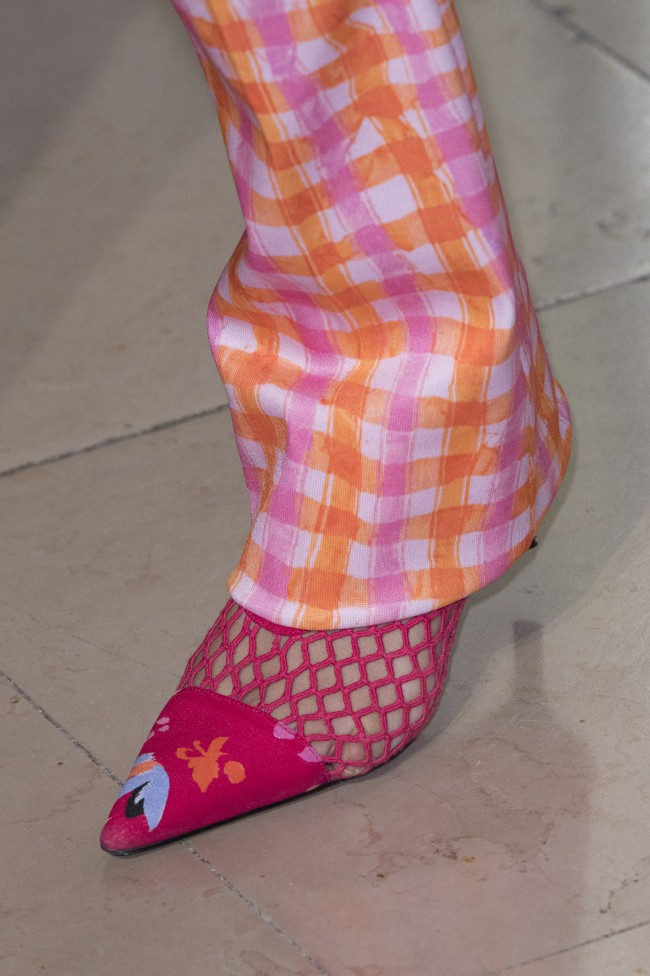 Altuzarra ha proposto, per la stagione estiva 2019, décolleté pitonati e sandali dal tacco midi corredati di ciondoli e conchiglie.