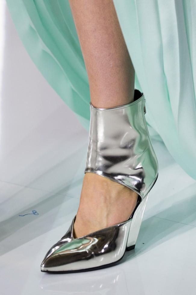 """Ad Olivier Rousteing, giovane designer dietro Balmain, la plastica piace parecchio. L'intero stile della sfilata è, infatti, """"spaziale"""" e la miscellanea di PVC e geometrismi rende il tutto decisamente femminile."""