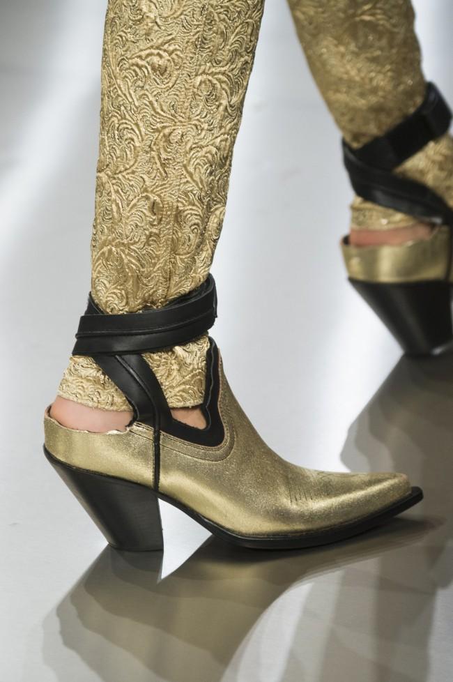 """Per la Spring 2019 di Margiela si va dal texano con rottura sul tallone, all'ibrida """"ballerina-sneaker"""" con doppia suola, fino ad arrivare al sandalo dal plateau ripidissimo, dotato di porta smartphone alla caviglia."""