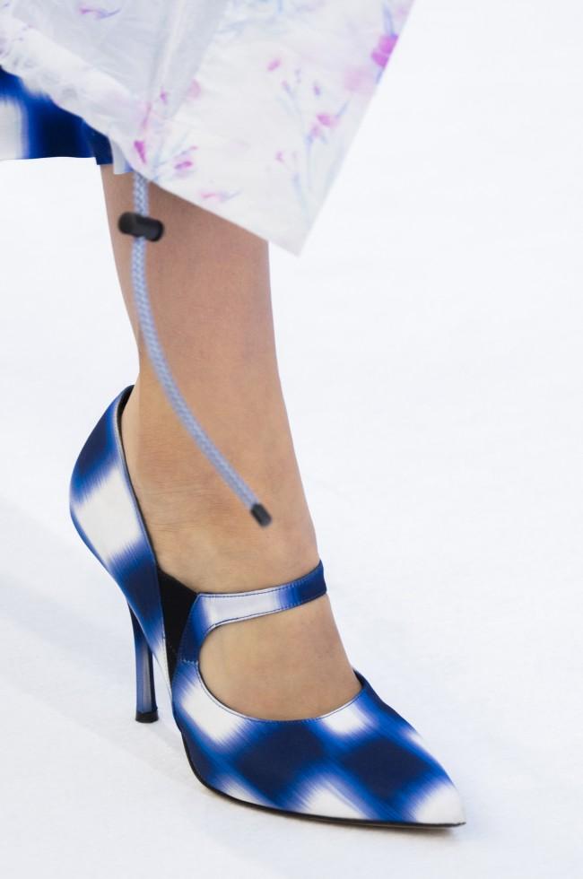 Nella Spring 2019 di Dries Van Noten, i trend ci sono tutti: PVC, penne, righe e tessuto intrecciato.
