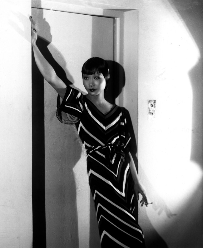 "Anna May Wong. Photograph by Paul Tanqueray, 1933. Courtesy of private collection. Moda anni trenta nella mostra ""Night & Day"" al Fashion and Textile Museum di Londra."