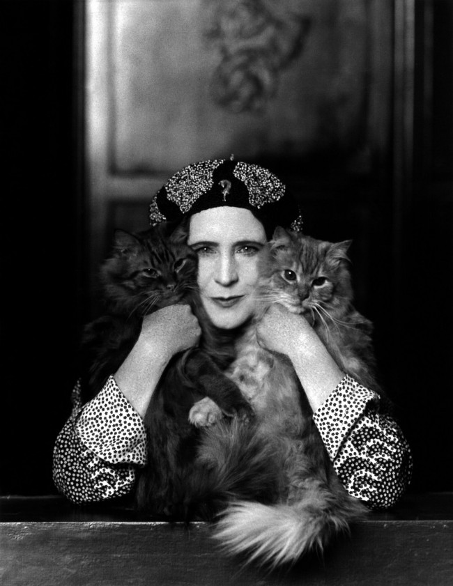 "Elinor Glyn with her two cats, Candide and Zadig. Photograph by Paul Tanqueray, 1931. Courtesy of a private collection. Moda anni trenta nella mostra ""Night & Day"" al Fashion and Textile Museum di Londra."