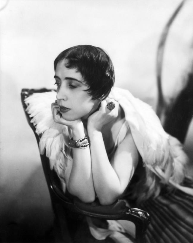 """Elsa Schiaparelli, photographed by Cecil Beaton in 1936, courtesy of the Cecil Beaton Studio Archive, Sotheby's. Moda anni trenta nella mostra """"Night & Day"""" al Fashion and Textile Museum di Londra."""