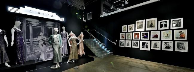 """Moda e fotografia anni '30 nella mostra """"Night & Day"""" al Fashion and Textile Museum di Londra."""