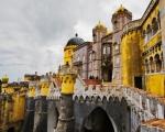 Sintra, Portogallo, Palácio Nacional da Pena e Parque da Pena. Sintra è per il Portogallo una meta turistica. Di quelle vere, con turisti veri muniti di macchina fotografica, smartphone e bastoni per i selfie. Si tratta di un luogo intriso di una magia tutta sua e per questo motivo va visitato.
